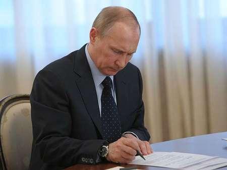 Владимир Путин подписал федеральный закон о выплатах при рождении первенца